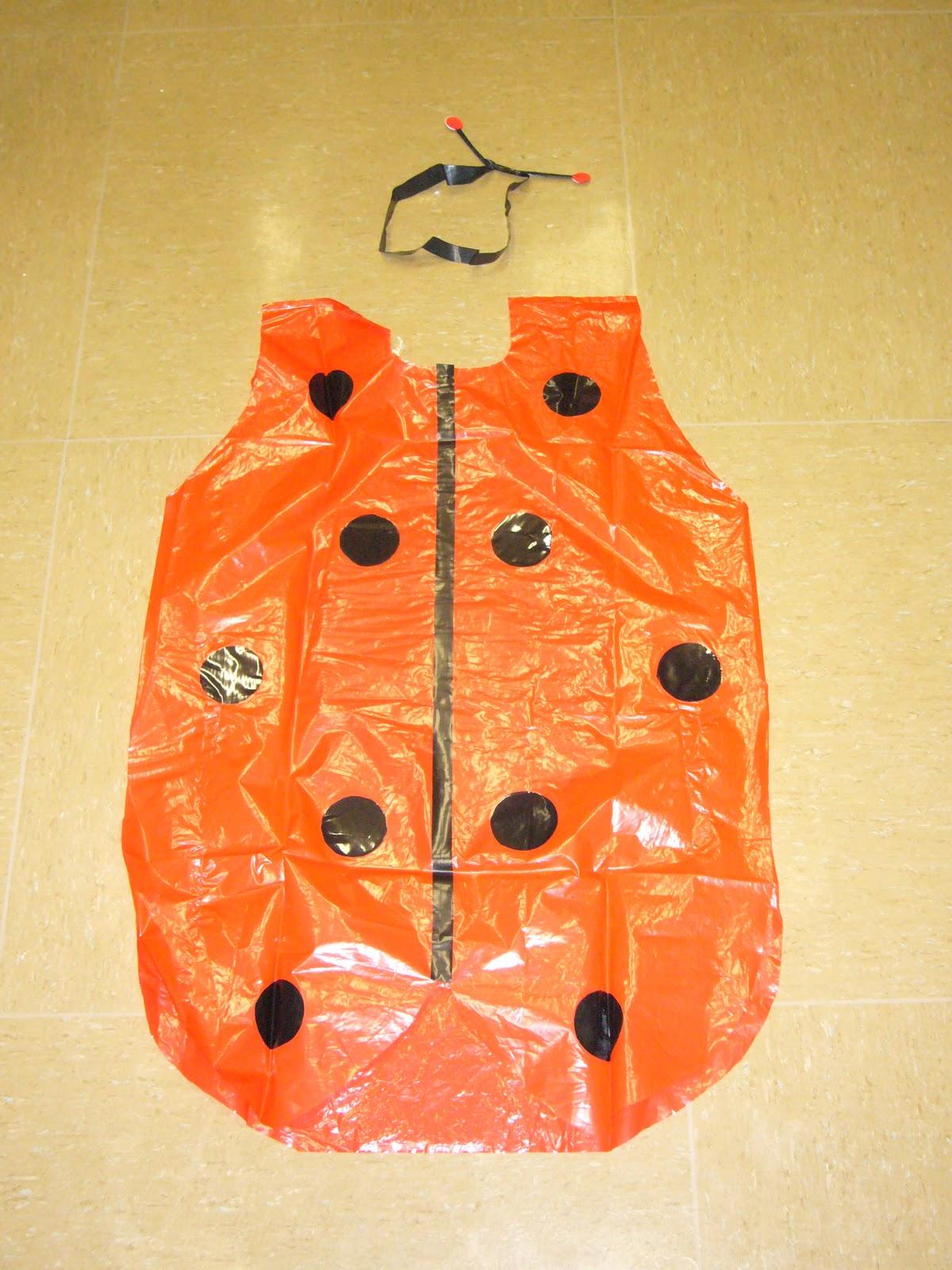un modelo de disfraz de mariquita con bolsas de plástico y cartulina